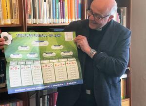 Bischof mit EM-Plakat